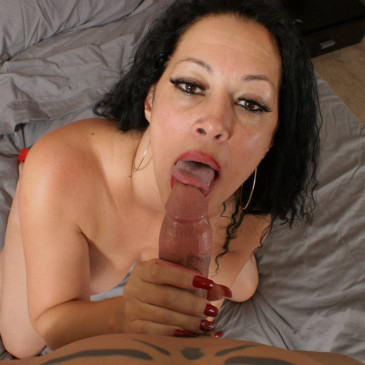Mature groupie gives a blowjob